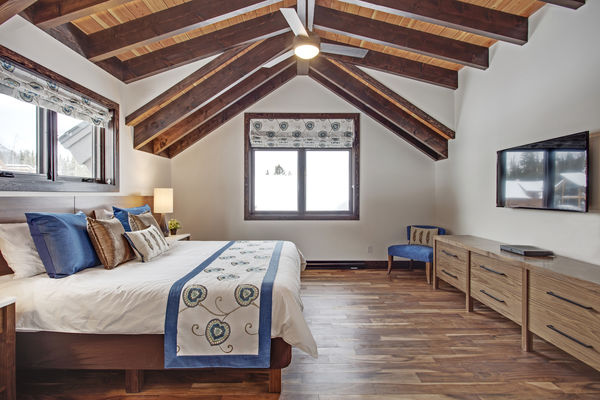 Kicking-Horse-Chalet-British-Columbia-Canadian-Timberframes-Bedroom