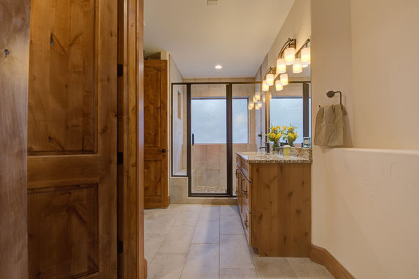 Colorado-Springs-Timber-Home-Canadian-Timberframes-Bathroom