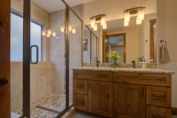 Colorado-Springs-Timber-Home-Canadian-Timberframes-tub-bathroom