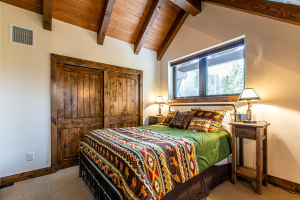 Ouray-Mountain-Home-Colorado--Canadian-Timberframes-Bedroom
