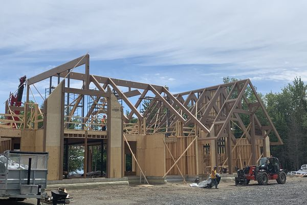 Memphremagog-Lake-House-Quebec-Canadian-Timberframes-Construction-Drone-Timber-Raising