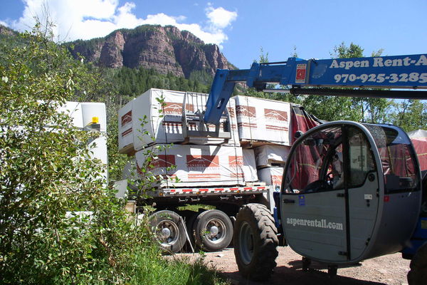 Rustic-Redstone-Colorado-Canadian-Timberframes-Construction-Unloading