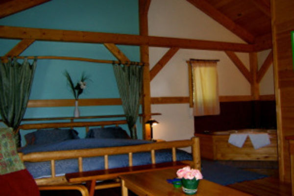 Timber-Inn-British-Columbia-Canadian-Timberframes-Bedroom