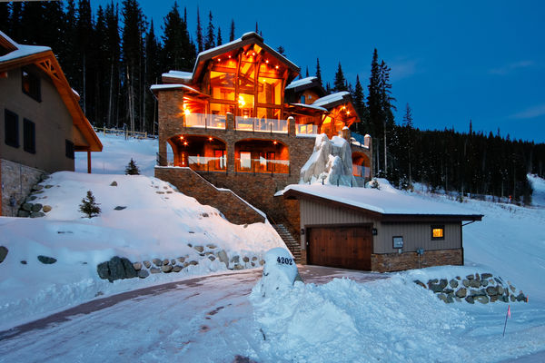 Sun-Peaks-Timber-Frame-British-Columbia-Canadian-Timberframes-Front-Exterio