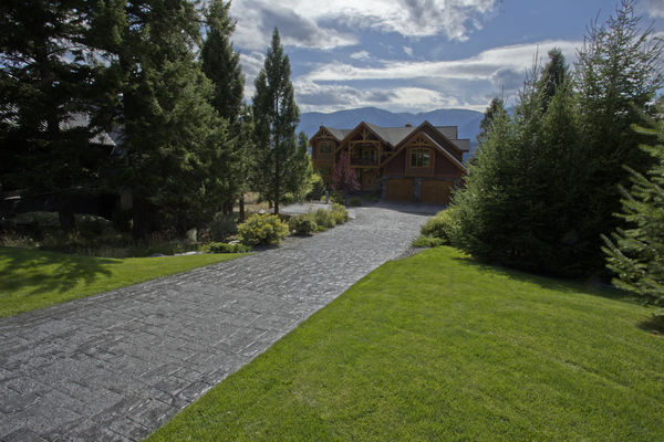 Osprey-Point-Invermere=British-Columbia-Canadian-Timberframes-Driveway