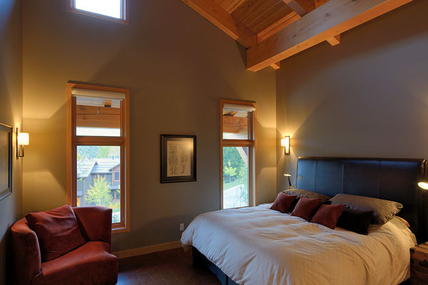 Alpine-Trail-British-Columbia-Canadian-Timberframes-Master-Bedroom